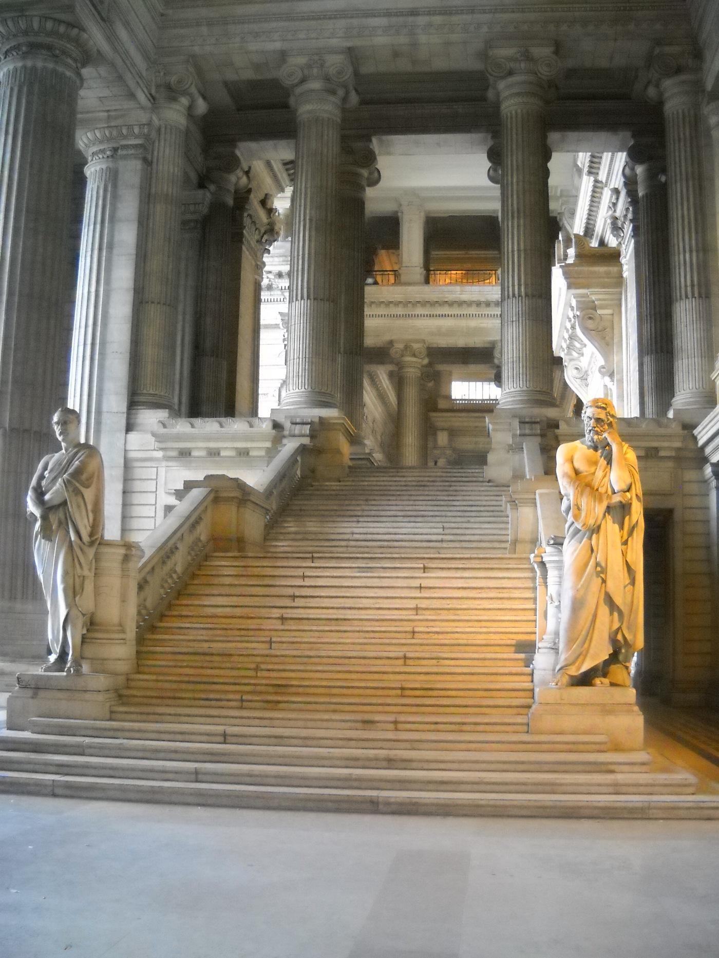 Escaleras de acceso al interior del Palacio de Justicia.