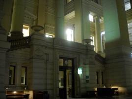 Mesas para uso de letrados y clientes. Interior Palacio de Justicia